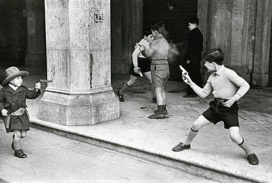 Дети, играющие в ковбоев, Рим — Италия, 1951.