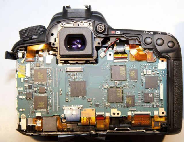 Canon 7D Mark II вид сзади, все элементы экранирования сняты