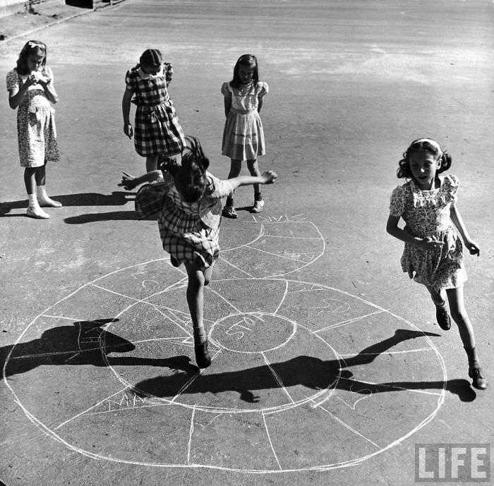 historical-children-playing-photography-118-58ac0f525e786__700