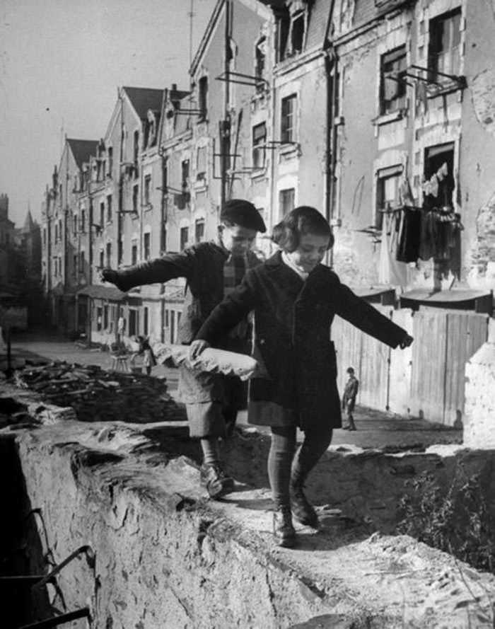 historical-children-playing-photography-31-589dbf0877870__700