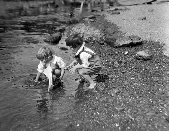 historical-children-playing-photography-58a4175d4a23e__700