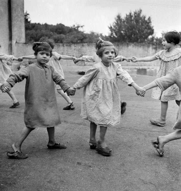 historical-children-playing-photography-58a46586f1783__700