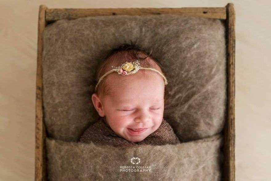 Photographer-takes-pictures-of-babies-as-never-seen-before-5922b2e17a816__880