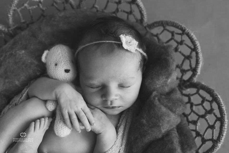 Photographer-takes-pictures-of-babies-as-never-seen-before-5922b2e3dc11e__880