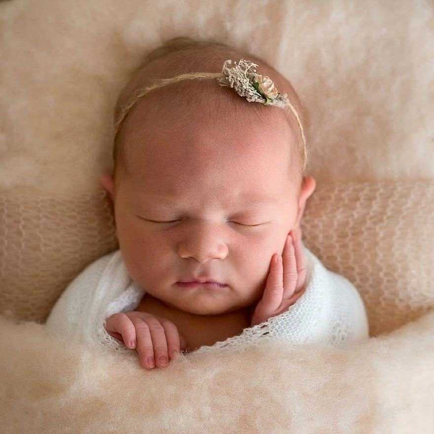 Photographer-takes-pictures-of-babies-as-never-seen-before-5922b2fd7d47d__880