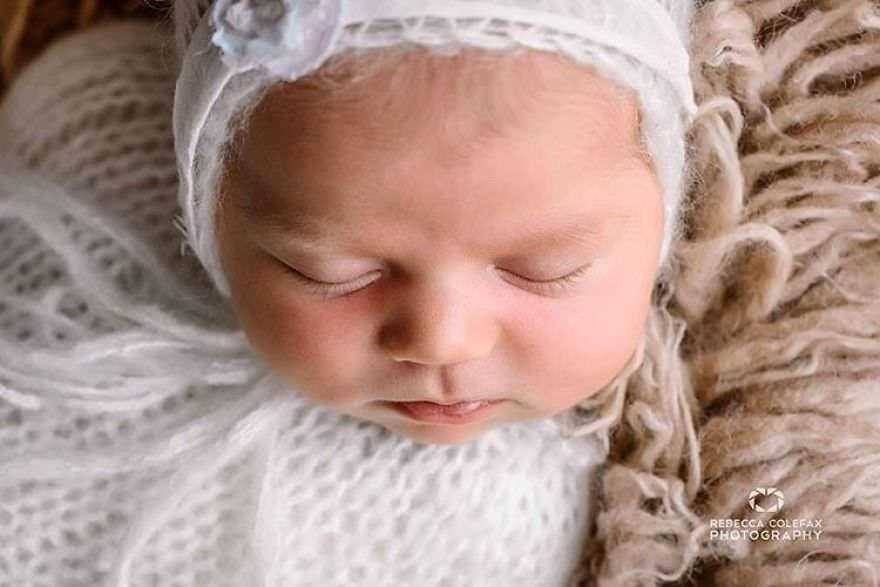 Photographer-takes-pictures-of-babies-as-never-seen-before-5922b30877790__880